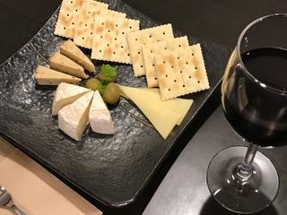 チーズの盛り合わせ(カマンベール・スモークペッパーチーズ・ゴーダチーズ)